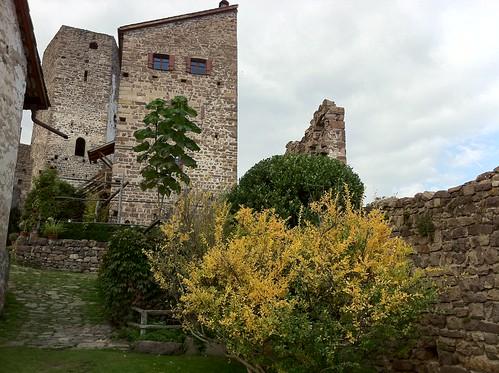 Innenhof von Schloss Hocheppan mit dem 5-eckigen Turm