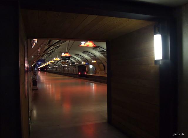 Inclusion de bois dans la décoration de la gare