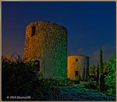 Molinos pintados con luz de linterna. (Pilar Lozano ) Tags: verde luz ventana cielo estrellas ocaso molinos piedra linterna cipreses puert auzl electra100
