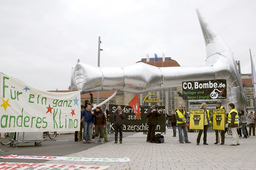 """Mit """"El Martillo"""" haben Berliner Künstler*innen gegen die falschen Lösungen - darunter auch den Emissionshandel - im Vorfeld von COP-16 protestiert. Hier in Leipzig."""
