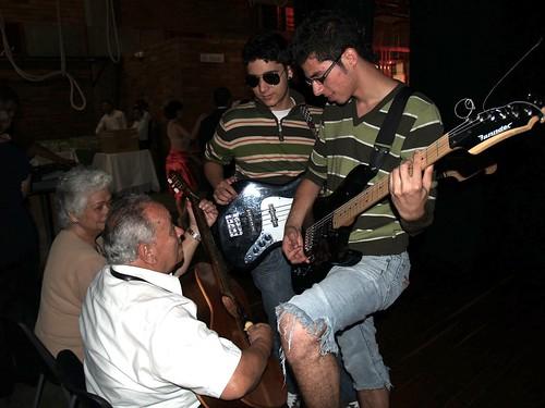 DOS GENERACIONES DE GUITARRISTAS IMPROVISAN ENSAMBLE