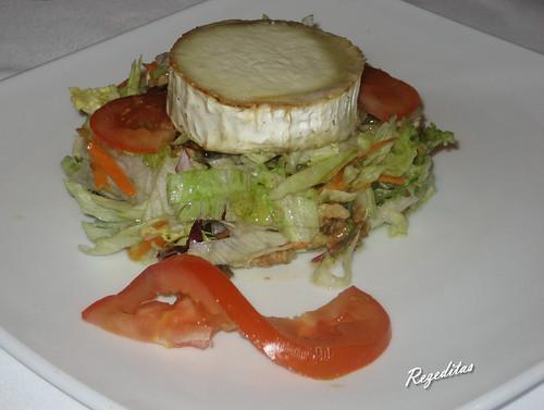 Ensalada de lechugas variadas, con queso de cabra gratinado, piñones y nueces