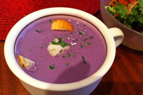 紫芋のスープ。すごい色だけど美味い!