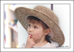 Aurlie sous le chapeau de son grand pre (Fotosix) Tags: portrait smile hat kids children kiss dad bambini daughter bodylanguage chapeau attention enfant sourire childportrait abigfave platinumphoto superbmasterpiece minolta70210f4