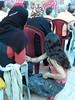 Fillette palestinienne serrant la main de sa maman, Beit Ummar, 25/7/10