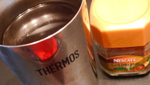 P真空断熱タンブラーでホットコーヒーを飲む
