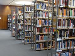Bücherregal in Bibliothek