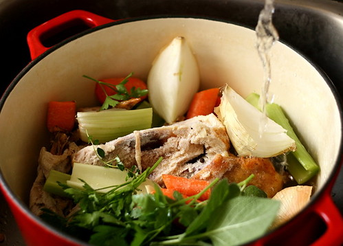 Homemade Chicken Stock   chicken broth recipe   paleo recipes   Whole30 recipes   bone broth recipe   perrysplate.com
