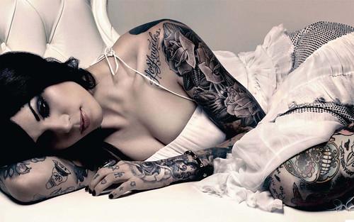 [フリー画像] 人物, 女性, 寝転ぶ, 刺青・タトゥー, 201009132100