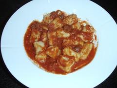 Gnocchi med tomatsauce og kødstykker