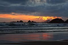 Amaneciendo en playa del Aguilar (Urugallu) Tags: españa canon ana spain flickr asturias playa amanecer cudillero rocas reflejos asturies murosdelnalon playadelaguilar alaba nuevodia urugallu theoriginalgoldseal culleiro