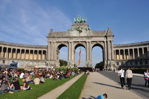 Der Brüsseler Triumphbogen. Nicht mit Picknick im Park, sondern Reggae am Tor.
