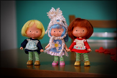ooooooh.....friends are welcome, mommy! (Bruna Lacrout ) Tags: red cindy yellow vintage crochet felt phoebe 1979 strawberryshortcake clue l moranguinhos sonya230 sallyjoy