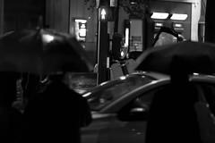 Paris sous la pluie (Nicolas Grout) Tags: urban bw paris night canon blackwhite metro escalator 85mm 2010 noirblanc canon40d nicolasgrout