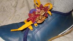 CORDONES DE ZAPATILLAS CON FLORES FUXICO (PAREMI) Tags: flor zapatos pies fuxico yoyo zapatillas tela tecido cordones kanzashi