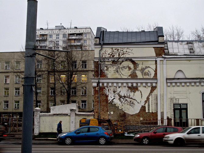Scratched mural on a building facade in Moscow (Alexandre Farto)