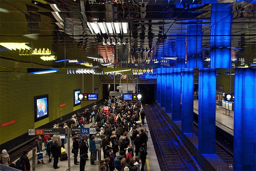 Wartende Fahrgäste am Bahnhof Münchner Freiheit. Wegen einer Fahrzeugstörung kommt es zu längeren Wartezeiten.