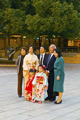 Family pose (Einharch) Tags: wedding festival japan kids canon japanese tokyo traditional 日本 東京 kimono shichigosan kodomo meijijingu 着物 七五三 meijishrine 子供 明治神宮 550d キャノン kidsfestival japanesetraditionalwedding 神前式 shinzenshiki kissx4 canonkissx4