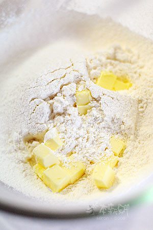將無鹽奶油切丁,和鬆餅粉攪拌均勻