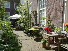 Sonnenplatz-sunny place (Anke knipst) Tags: amsterdam holland netherlands nierlande innenhof hofje innercourtyard karthuizerhof sonne tisch blumen sunshine table flowers green sonneshirmsunshade