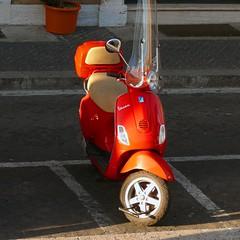 Red Vespa, Rome (fam_nordstrom) Tags: street italien red italy rome roma calle rojo italia vespa pavement moto motorcycle gata 2008 rom motocicleta acera rd motorcykel trottoar