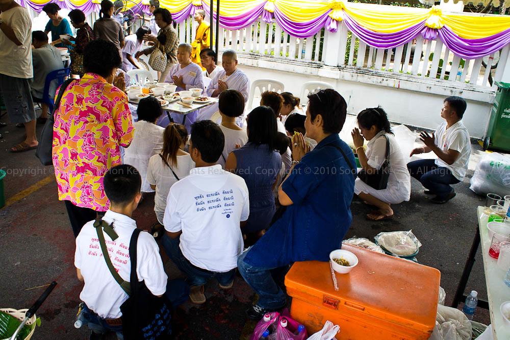 Pray before eat @ Wat Yannava, Bangkok, Thailand