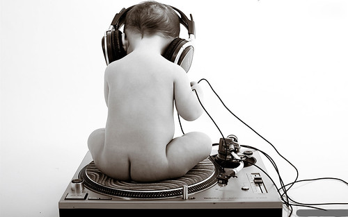 [フリー画像] 人物, 子供, 赤ちゃん, 後ろ姿, ヘッドフォン・イヤフォン, モノクロ写真, 201109230700