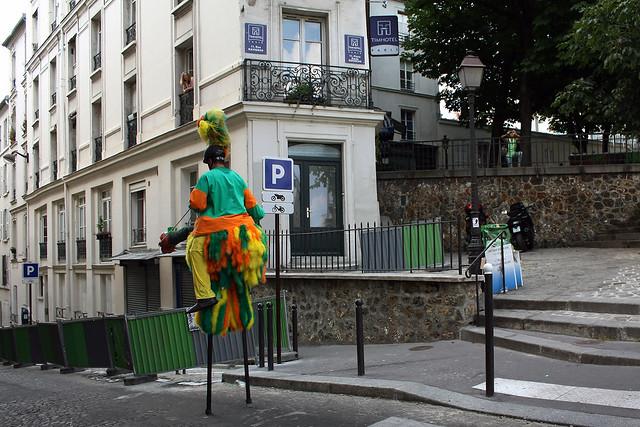 Créature étrange, seule dans la rue parisienne…