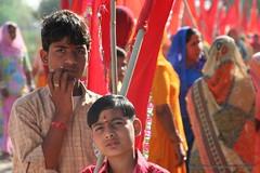 Popular celebration / Celebracin popular (Sociedad Geogrfica de las Indias) Tags: india color colour boys rural children fiesta flag indian nios celebration bandera popular bindi molli sociedadgeogrficadelasindias