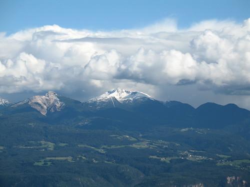 Blick vom Penegal auf Weiß- und Schwarzhorn der Dolomiten