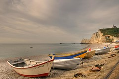 The beach of the artists / La playa de los artistas (Manuel Atienzar) Tags: france beach landscape playa paisaje barcas francia tretat rowboats rowingboats manuelatienzar