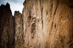Ahad Sabet - Picking his way up the Knobs On Picnic Wall (Amicus Telemarkorum) Tags: cliff usa rock wall oregon desert climbing leader climber leading smithrock rockclimber sportclimbing smithrockstatepark leadclimbing ahadsabet jeffreyrueppelphotography advancedyetiproductions smithrockstate picnicwall