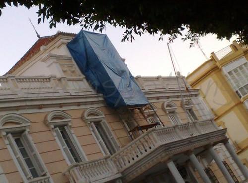 Arreglando la fachada o eliminado el escudo 13 octubre 2010
