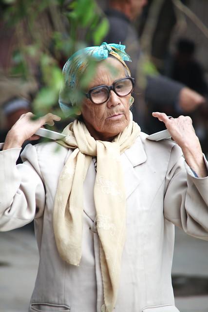 ヤルカンドのマシュラップで踊るおばあちゃん