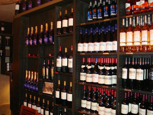 Estantería con botellas de vino