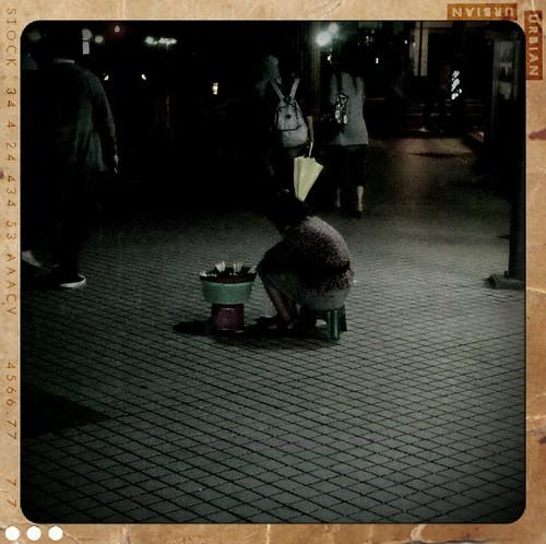 士林捷運站這裡的玉蘭花阿嬤,我有經過就會跟她買幾串列大家有機會經過,也跟阿嬤買幾串呀。