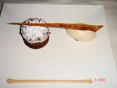 Soufflé de chocolate con helado de avellana