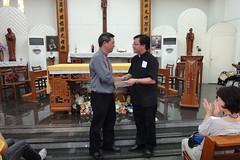 楊應望神父代表本堂教友致贈捐款給後龍聖方濟兒少中心,由楊安仁神父代表收贈。