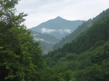 朝日鉱泉・ナチュラリストの家から見る大朝日岳
