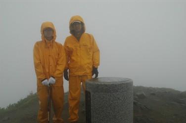 大朝日岳山頂は暴風雨だった