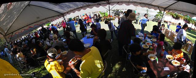 幼稚園の教会バザーのテントパノラマ。大賑わいで沖縄そば&カレー食べたよ☆
