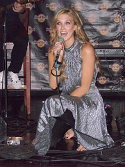 delta goodrem (all female barefoot musicians) Tags: feet nude stage nackt barefoot fsse bhne barfuss sngerin