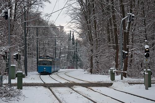 Wagen 2021 vor dem Bahnübergang am Bavariafilmplatz