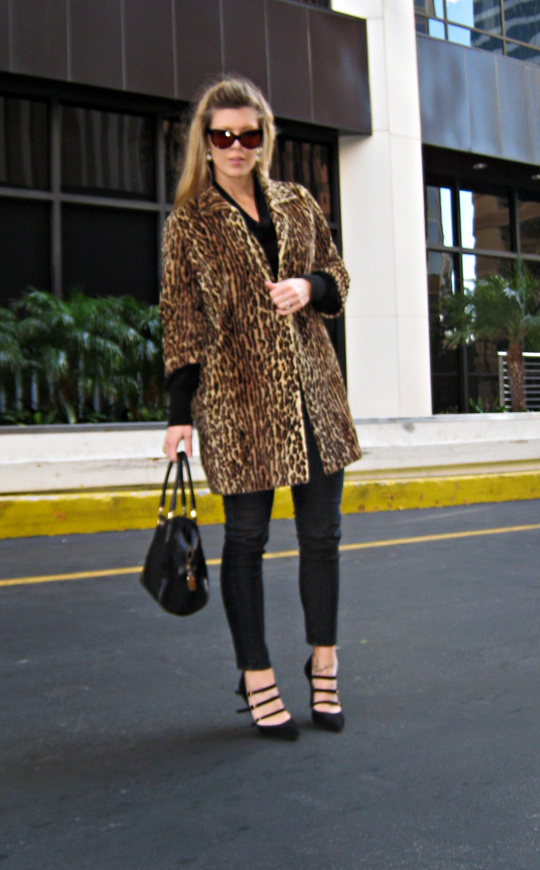 black outfit with vintage faux leopard fur coat+cat eye sunglasses+pointy toe strappy shoes guccy bag