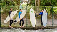 Citysurfer (Heinrich Plum) Tags: heinrichplum plum fuji xe2 xf1855mm munich münchen eisbach englgarten schwabing bavaria bayern englishgarden surfer warteschlange queue surfbrett surfboard bach fluss creek stream