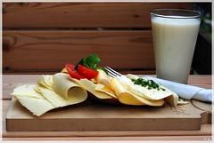 Mittags auf der Alm (Petra F.) Tags: tirol sterreich essen sommer urlaub berge alpen pause kse glas wandern brot mittag milch jause ferne ruhe d80 ksebrot kitzbheler nikond80