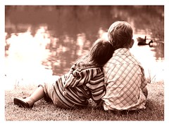[フリー画像] 人物, 子供, カップル・恋人・夫婦, 後ろ姿, セピア, 201009131100