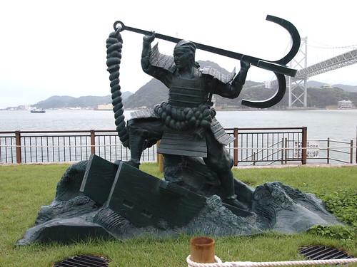 壇ノ浦古戦場の平知盛「碇潜(いかりかづき)」像