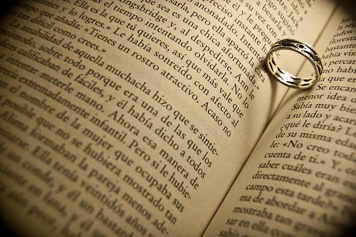 13/365 La típica foto del anillo sobre el libro y su sombra hace un corazón