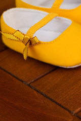 (ion-bogdan dumitrescu) Tags: baby girl yellow shoes little tiny bow romania bucharest bitzi ibdp mg7118 ibdpro wwwibdpro ionbogdandumitrescuphotography